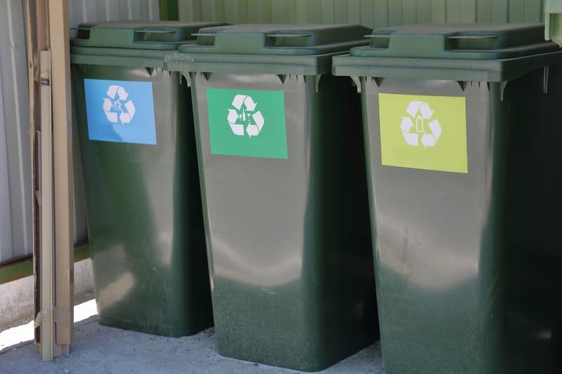 Eine Reihe von Mülleimern